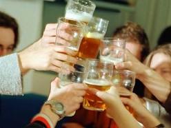 Больше половины россиян пьют за компанию на рабочем месте