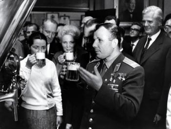 Пивовары подарили Путину фотоальбом с Юрием Гагариным