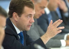 Д. Медведев: надо ужесточить наказание за склонение детей к выпивке