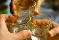 35% россиян регулярно выпивают на работе без повода