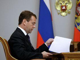 Медведев подписал законы, приравнивающие пиво к алкоголю