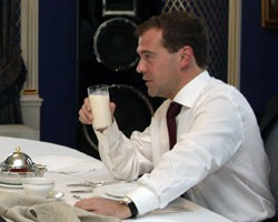 Д.Медведев спас квас, кефир и медовуху от алкогольного клейма