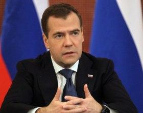 """Медведев поручил повысить эффективность борьбы с """"левым"""" алкоголем"""
