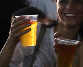Россияне негативно оценили запрет на продажу алкоголя в пластиковой таре