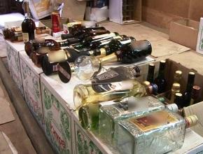 Полиция задержала в Москве 10 грузовиков с 200 тыс. бутылок поддельного алкоголя. (ОБЗОР СМИ по теме)