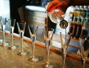 Продажу алкоголя в точках общепита лицензируют отдельно