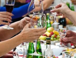 """Эксперты """"РГ"""" рассказали о правилах выбора алкоголя к новогоднему столу"""