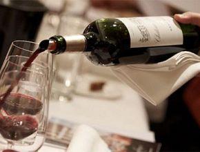 Россияне в кафе и ресторанах из алкоголя предпочитают водку и вино