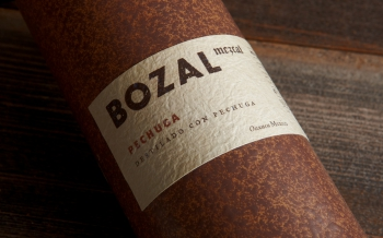 Мескаль Bozal упакован в керамические бутылки ручной работы, разработанные агентством Swig. ФОТО