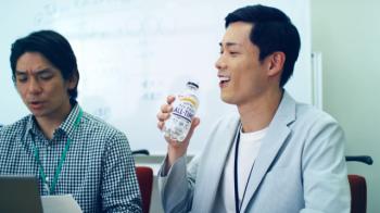 В Японии выпустили прозрачное пиво для офисных сотрудников. ФОТО. ВИДЕО