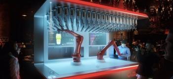 Робот-бармен делает 800 коктейлей за ночь. ФОТО